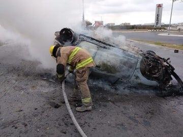 Se salvó de morir calcinado, después de estrellar su automóvil contra un muro
