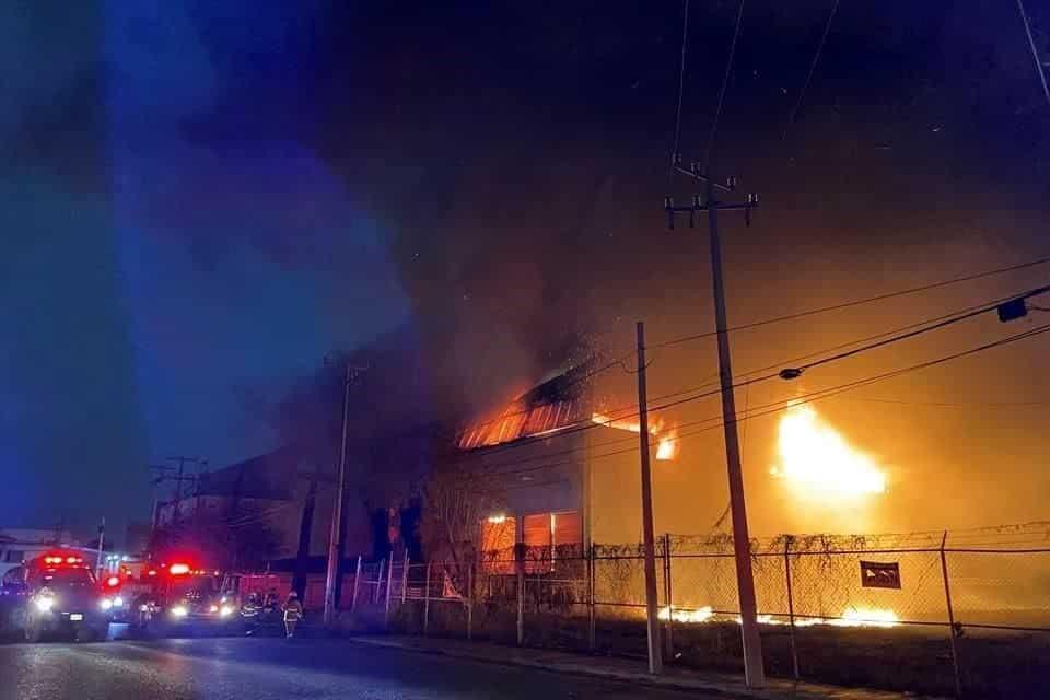Reportaron un incendio de una empresa recicladora de partes electrónicas