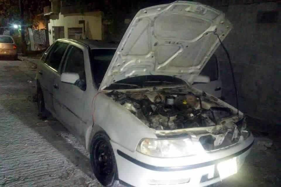 Fueron sorprendidos desmantelando un vehículo con reporte de robo