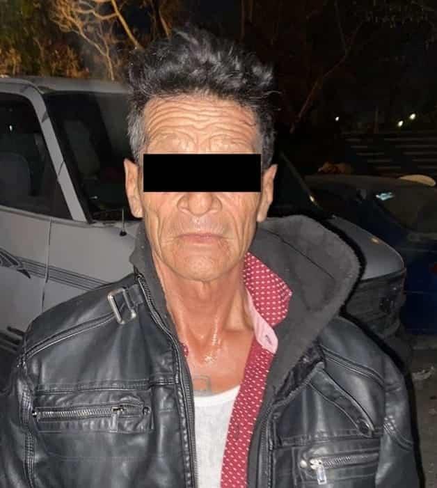En el momento en que se drogada en la vía pública, un hombre de la tercera edad fue arrestado