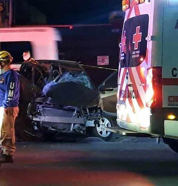 Fallecieron luego de estrellar su vehículo contra una columna del metro