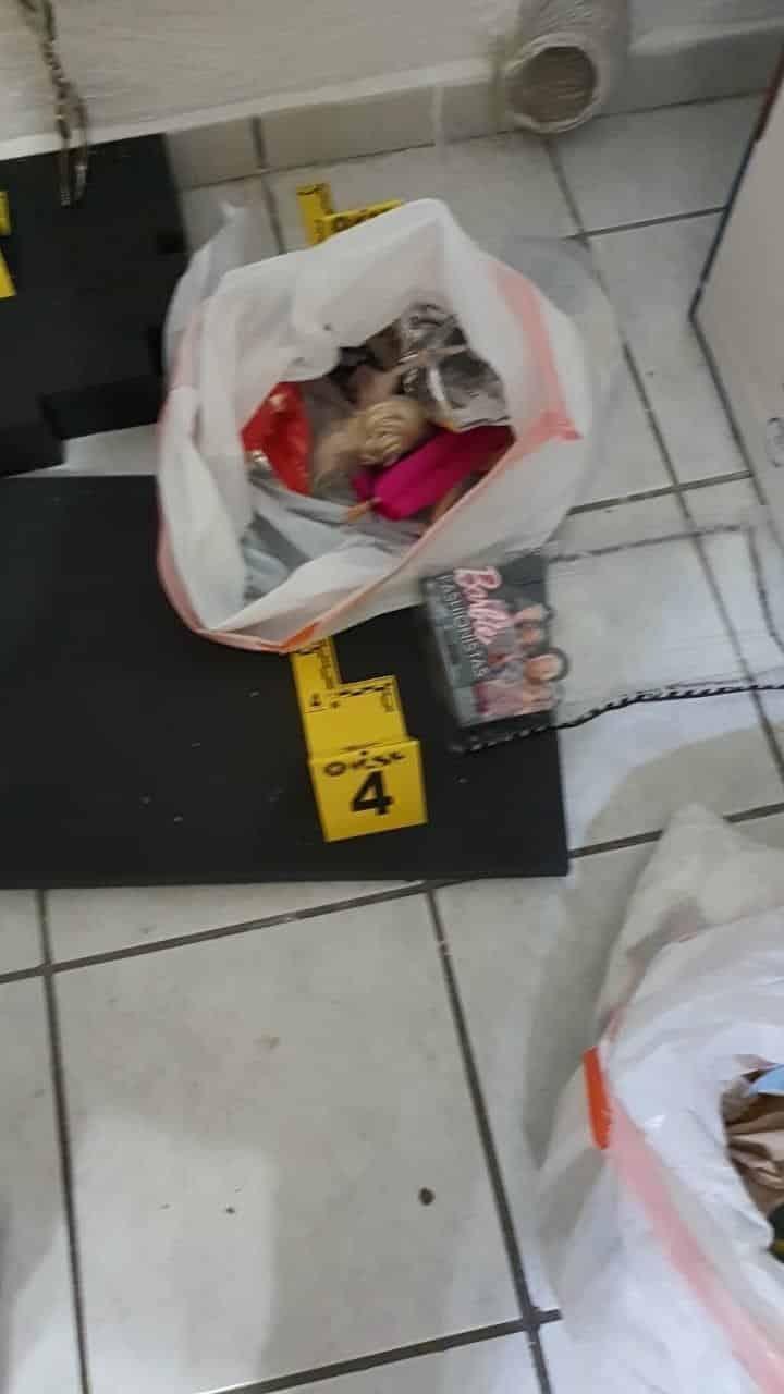 Una bolsa de plástico con diversas muñecas, unas esposas, así como diversos objetos, es lo que se aseguró en el cateo