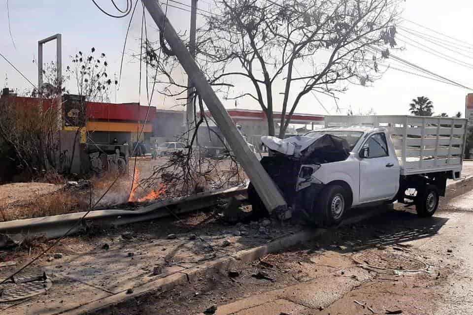 Terminó con lesiones de consideración, al estrellar su camioneta contra un poste de concreto