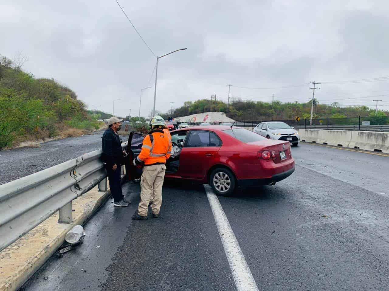 El pavimento mojado y el exceso de velocidad provocaron que perdiera el control del volante