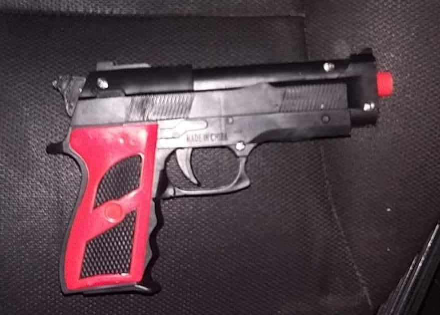 Ante el señalamiento directo y la posesión de la réplica del arma, los ahora detenidos fueron puestos a disposición de la autoridad