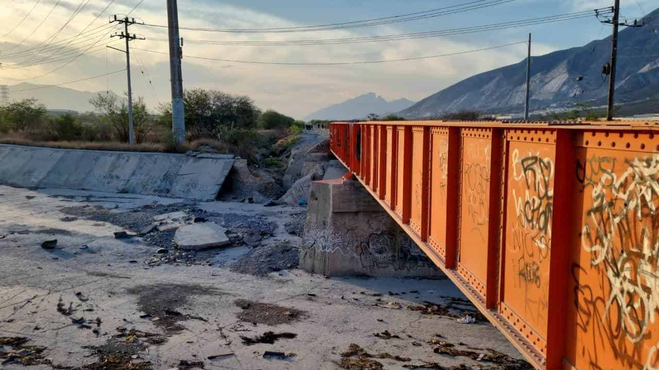 El cuerpo de un hombre calcinado, atado de las manos y con las piernas cercenadas, fue localizado bajo un puente cerca de las vías del ferrocarril, en Santa Catarina.