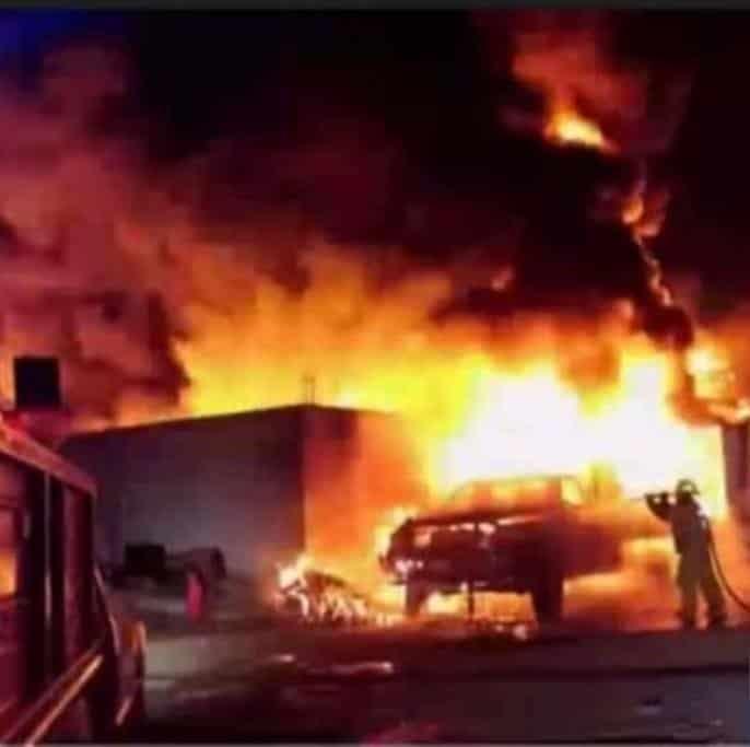 Cuatro vehículos terminaron destruidos al registrarse un incendio masivo