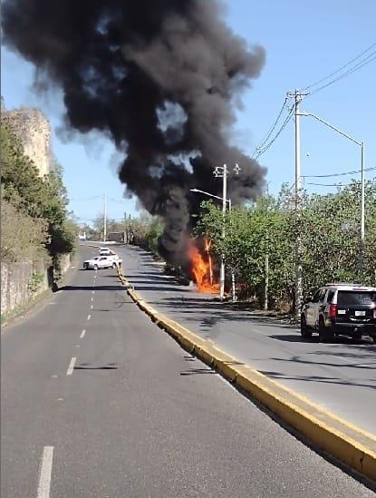 Estuvieron a punto de resultar lesionados, al incendiarse la camioneta en que laboraban