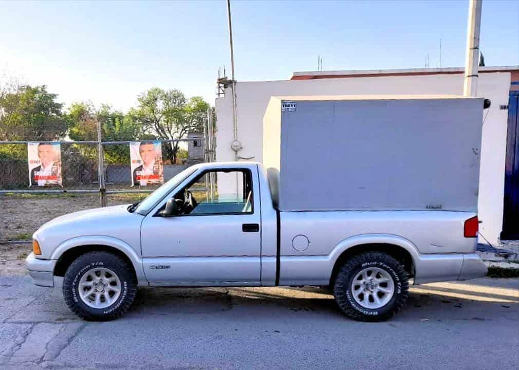 En una camioneta con reporte de robo fueron detenidos dos hombres, uno de ellos menor de edad