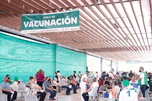 Vacunan más de 2 mil 400 personas en campus Monterrey