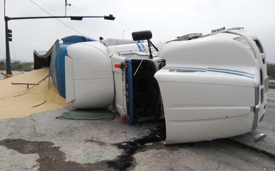 Terminó con varias lesiones, después de volcar un tráiler cargado con 53 toneladas de harina de Soya