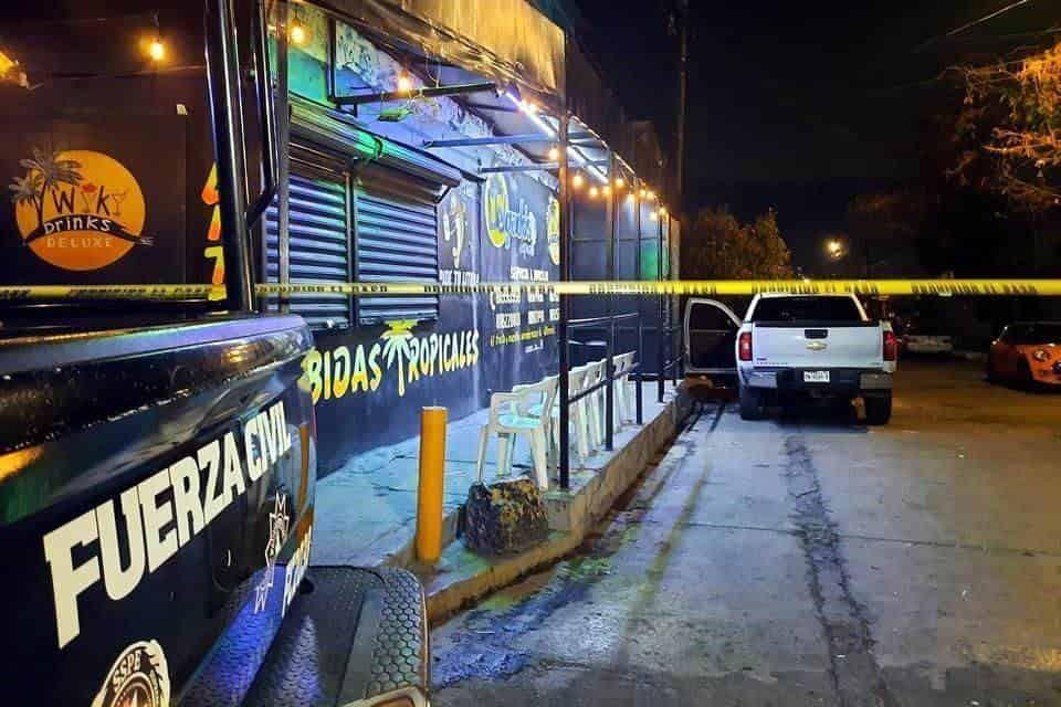 El pistolero accionó un arma de alto poder, contra la fachada de un local especializado en venta de bebidas tropicales
