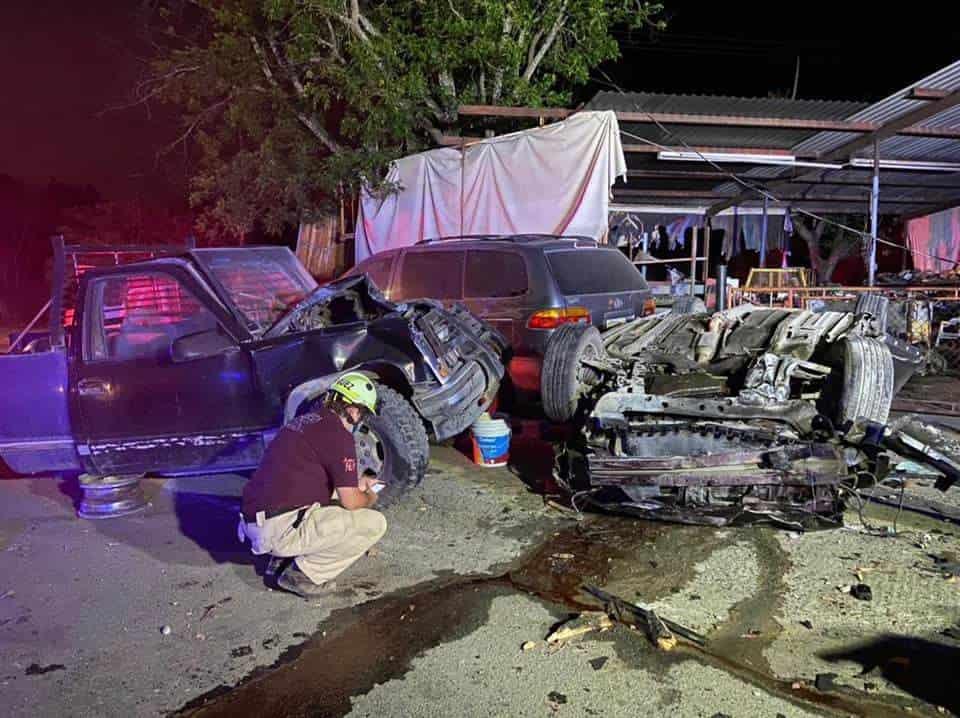 Murió prensado en el interior de su vehículo, al estrellarse contra dos postes y una camioneta