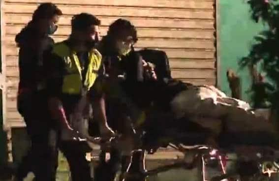 En el momento en que se encontraban ingiriendo bebidas embriagantes , dos hombres fueron baleados