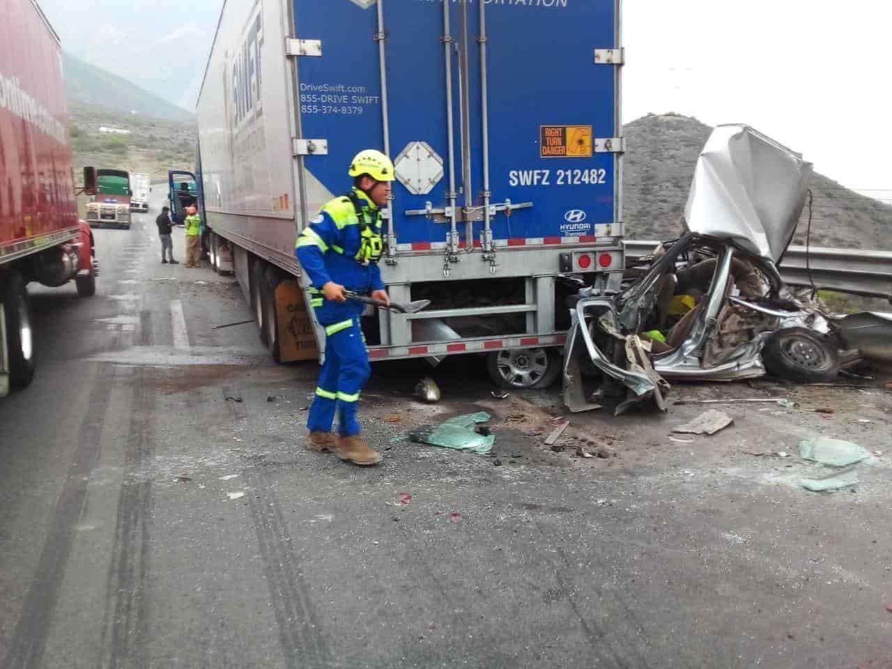 Con diversas lesiones y dentro de su vehículo destrozado, quedó un conductor del auto