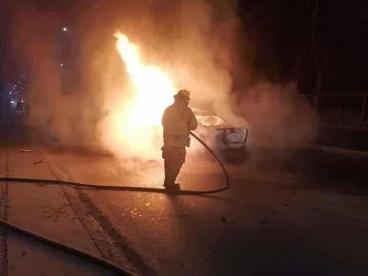 Tres personas calcinadas y dos más lesionadas, dejó el estrellamiento e incendio de un vehículo contra un poste