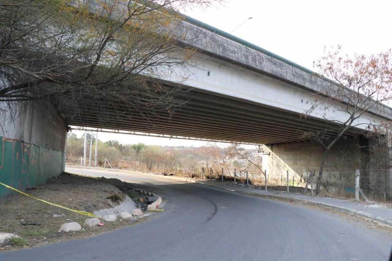 Una mujer fue privada de su libertad por delincuentes quienes la llevaron a un puente donde la ejecutaron a balazos