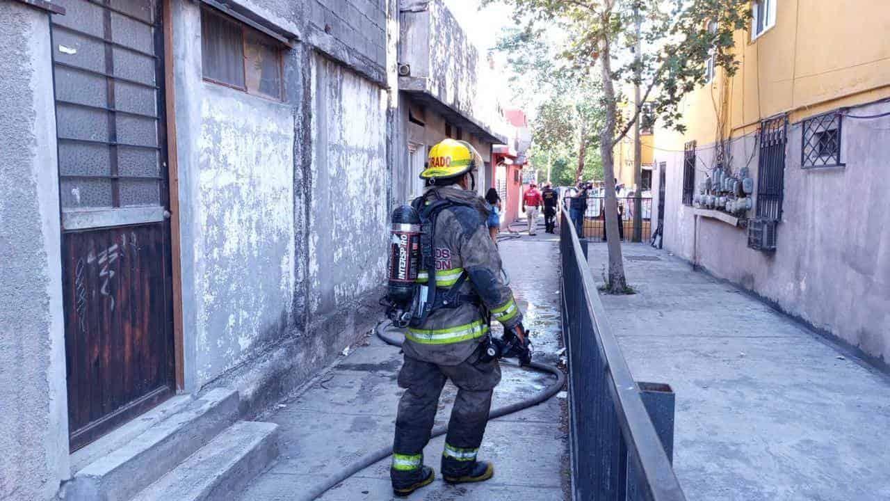El incendio de un domicilio, tras un flamazo registrado en el lugar, dejó a la propietaria de la casa lesionada y daños materiales