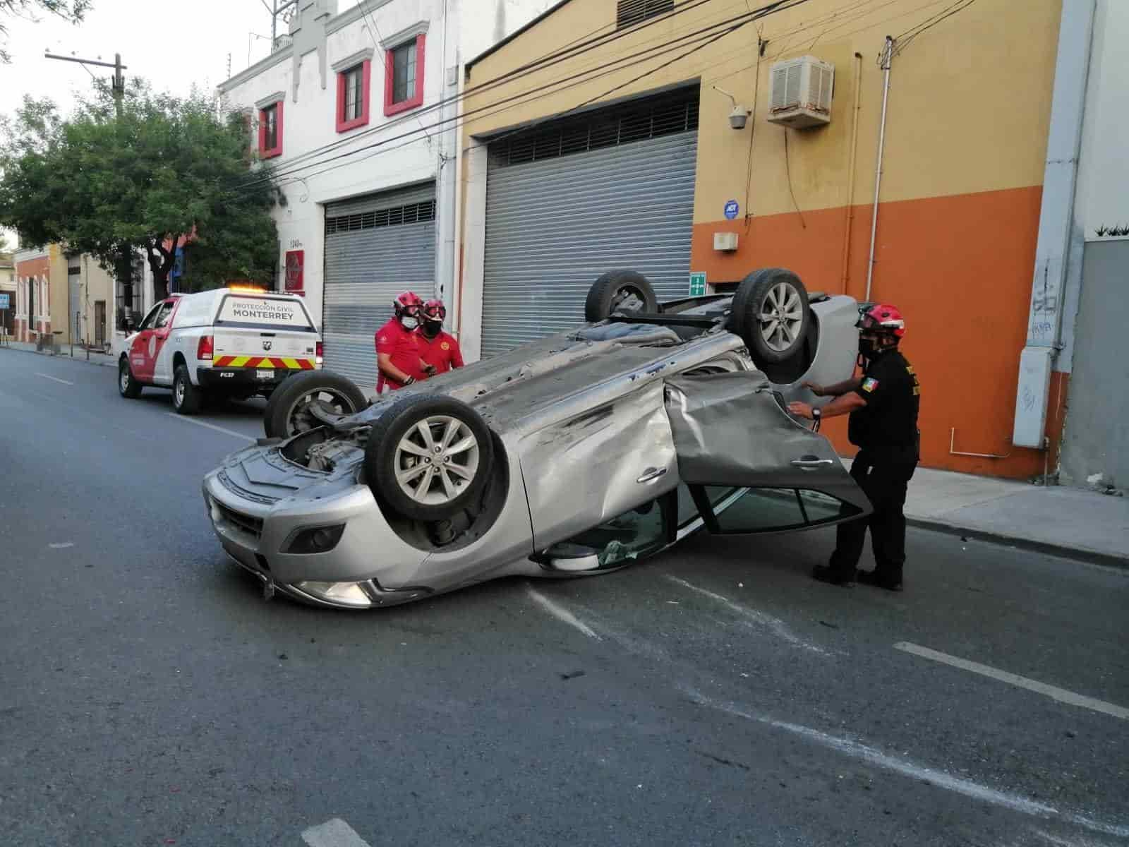 No respetó el señalamiento de alto e impactó a otro auto el cual quedó volcado