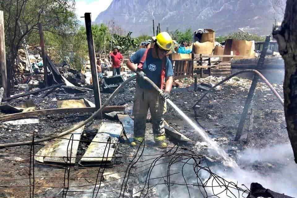 Rescataron a los integrantes de una familia, que terminaron atrapados en el interior de un tejaban que se incendió