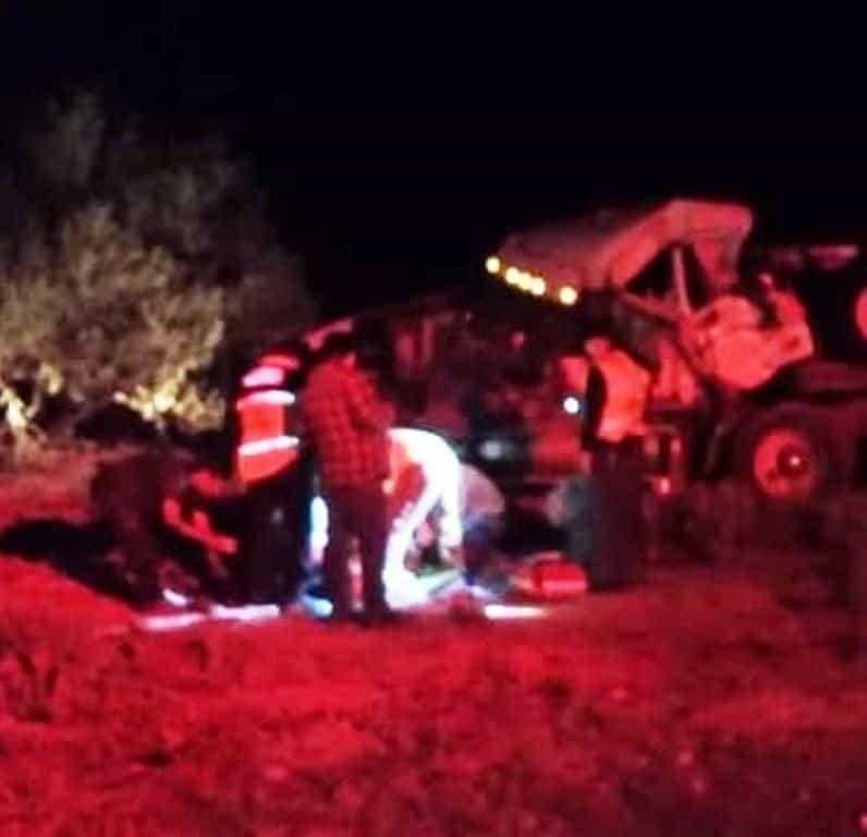 El conductor del tráiler terminó con diversas lesiones, al volcar su unidad