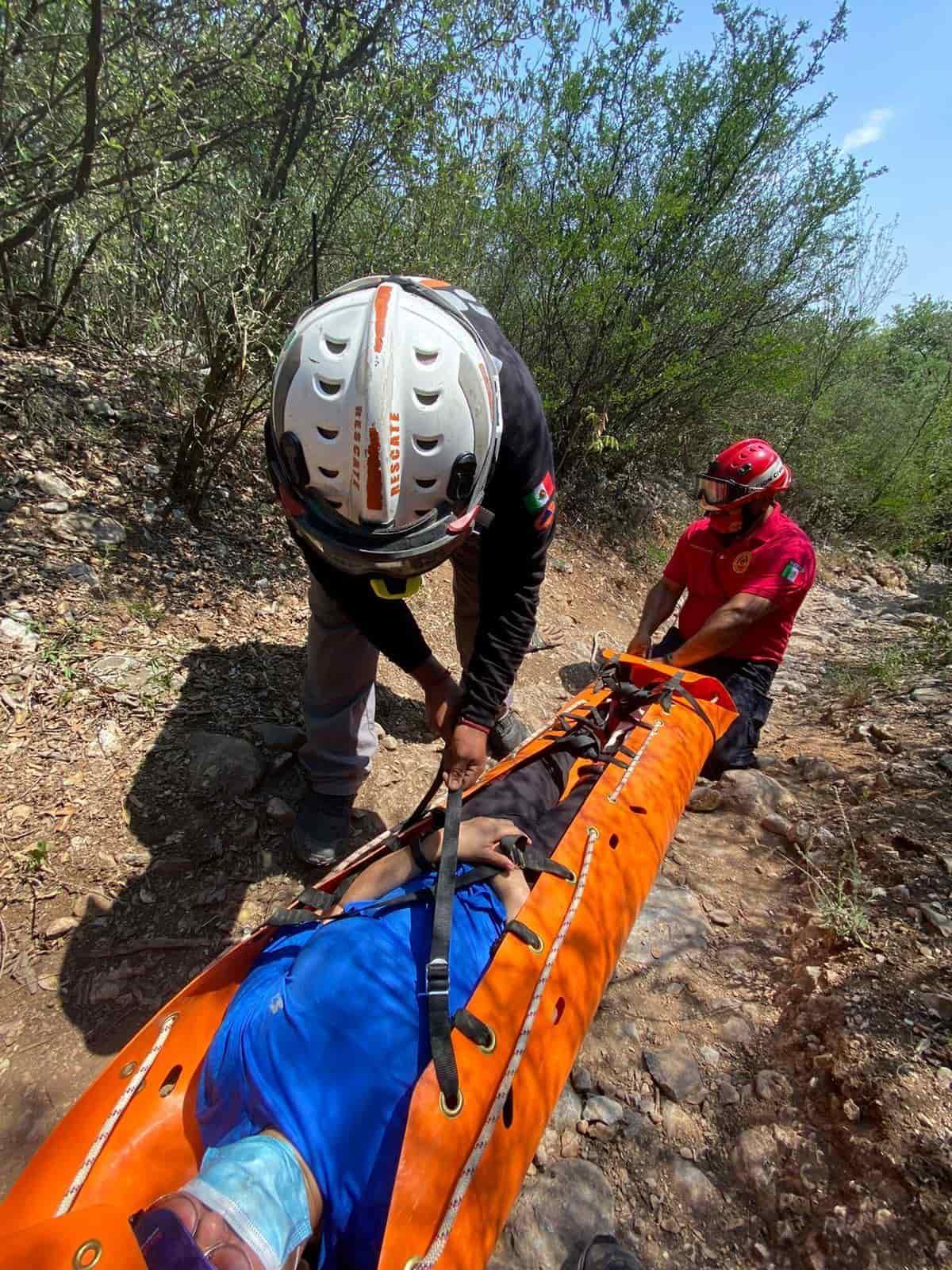 Con diversos golpes en el cuerpo, así como una luxación en un tobillo, resultó una excursionista al sufrir una caída