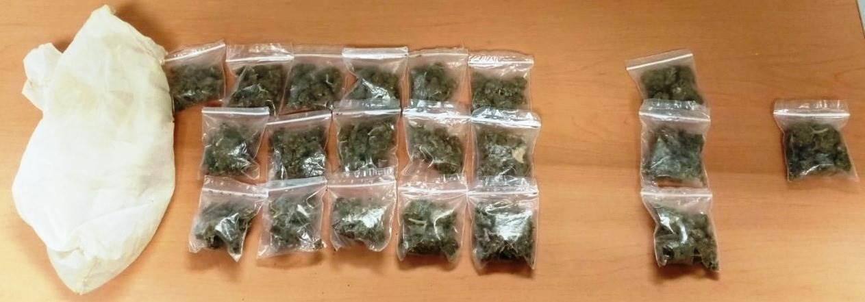 detuvieron a dos hombres en posesión de droga, luego de que fueron sorprendidos cuando intercambiaban bolsas con marihuana