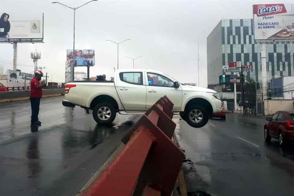 Derrapó y quedaron a punto de desplomarse de un puente