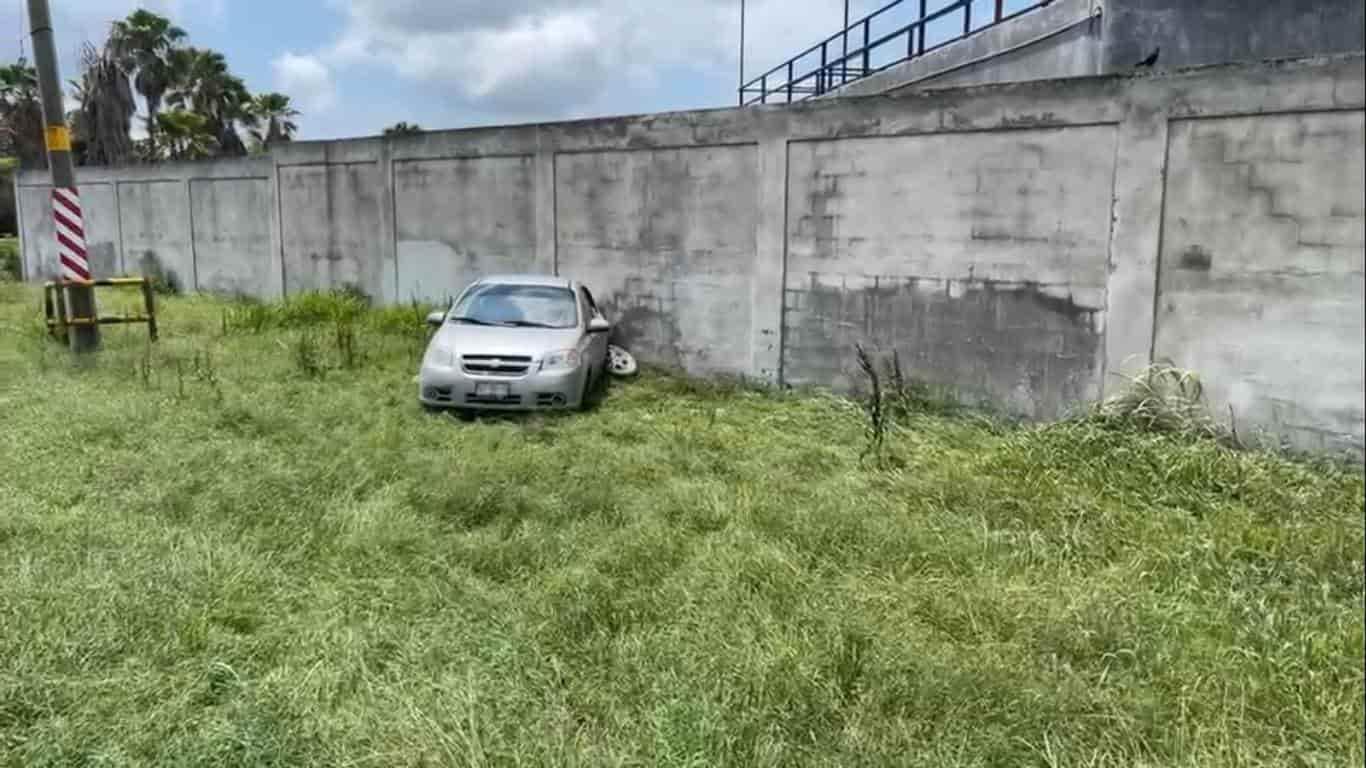 Terminaron con diversas lesiones, al estrellar su vehículo contra la barda de una finca