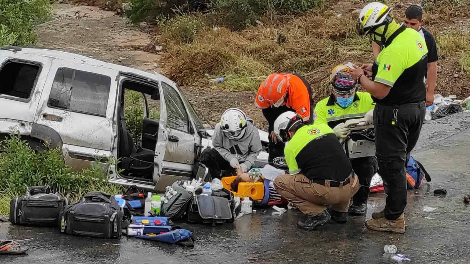 Una persona sin vida y dos lesionadas dejó ayer la volcadura de una camioneta