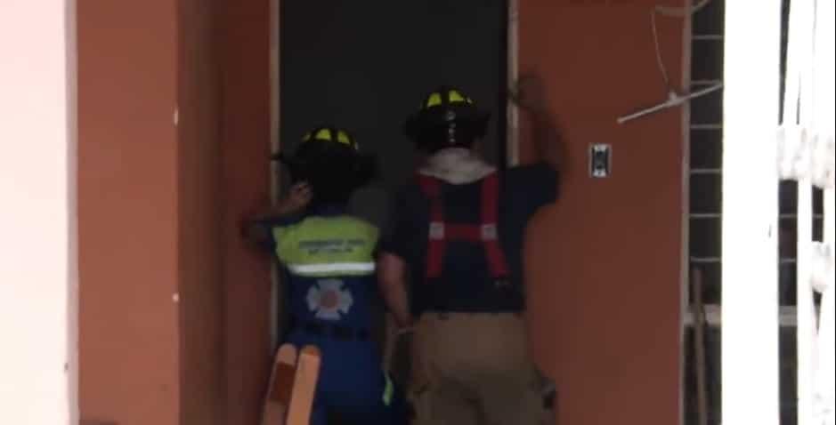 Una veladora que cayó sobre un montón de ropa, ocasionó un incendio