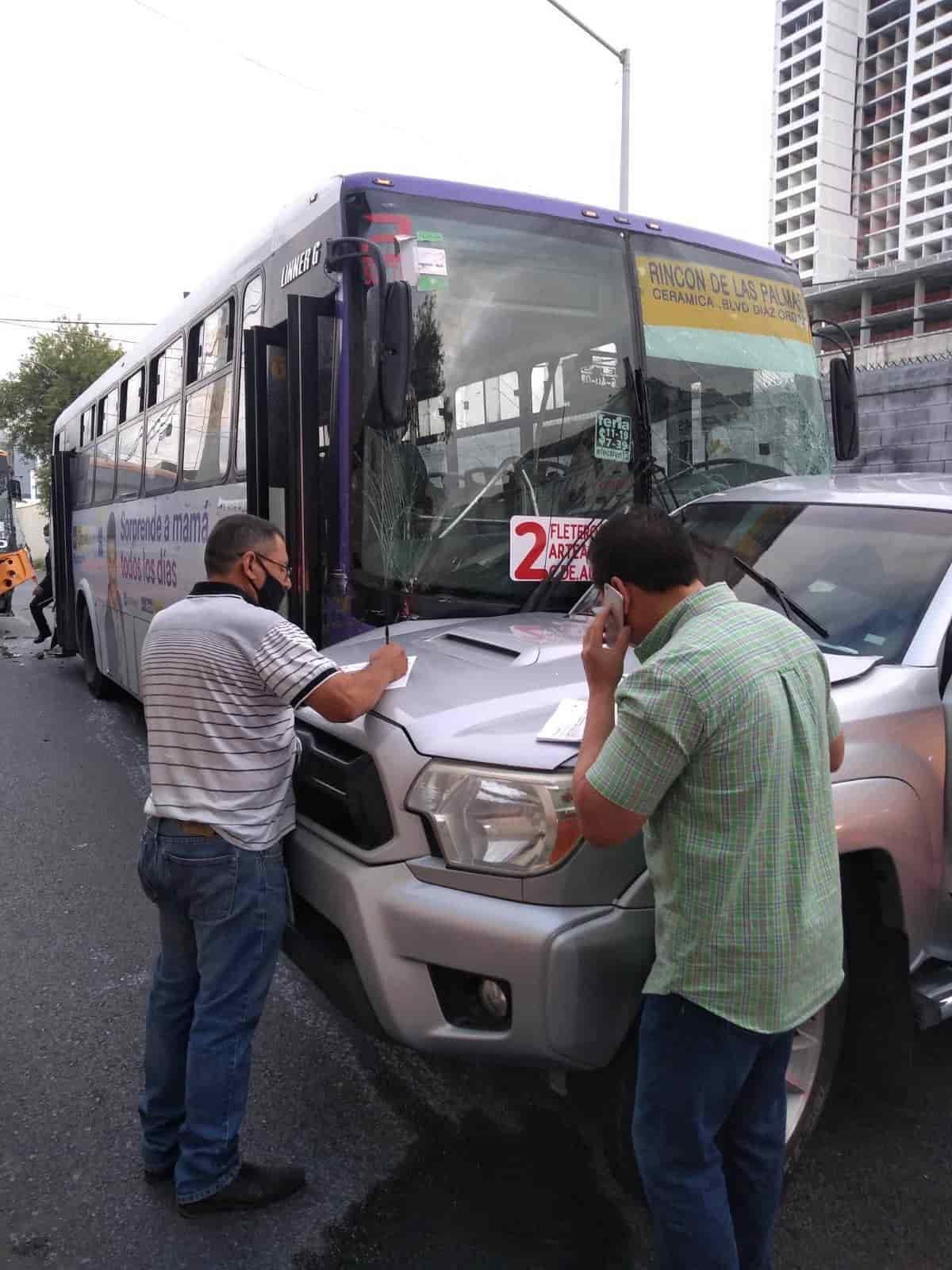 Después de que iban jugando carreritas, dos unidades del transporte urbano chocaron