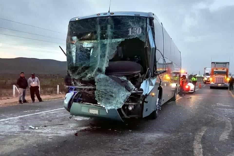 El conductor de un autobús perdió la vida al estrellarse por alcance contra un tráiler