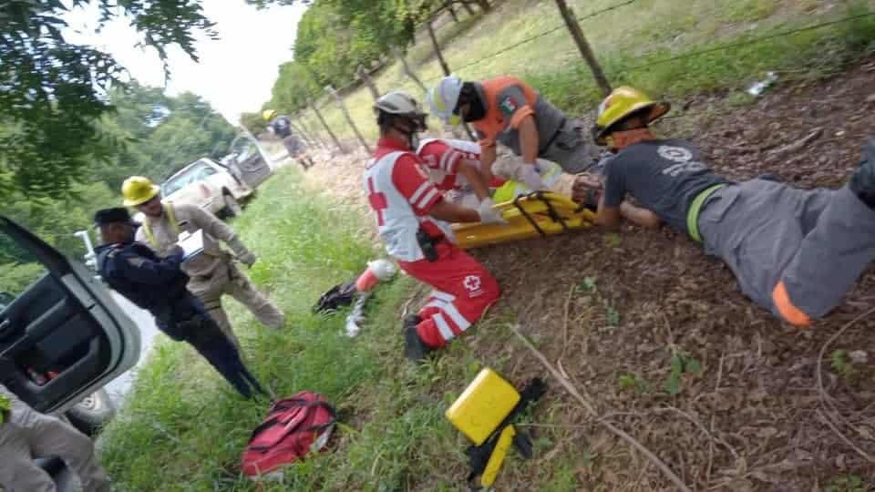 Terminó con lesiones de consideración, al estrellar su camioneta contra un poste