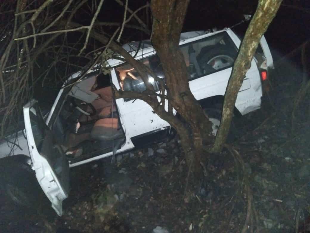 La camioneta terminó con una llanta ponchada y estuvo a punto de caer de un barranco