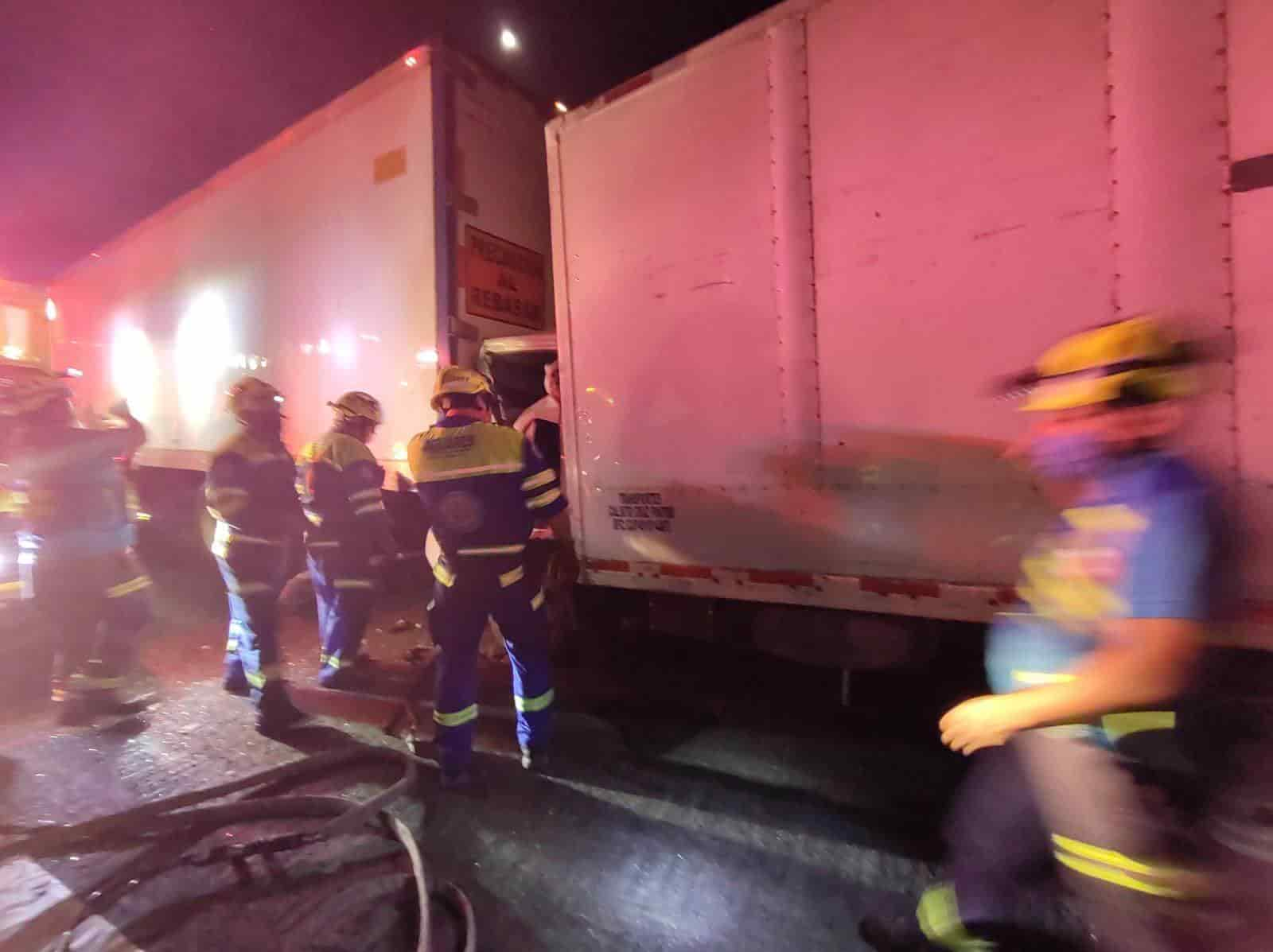 El conductor de un transporte de carga resultó prensado luego de dormitar al volante y estrellarse