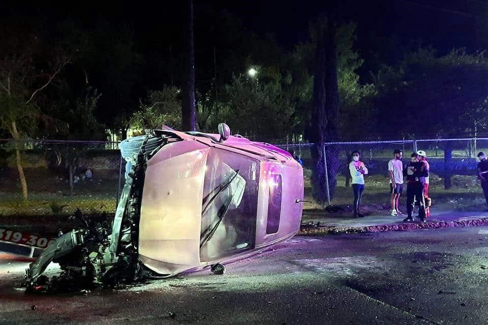 Un jugador de la Sub-20 del Club de Futbol Tigres, protagonizó un aparatoso accidente, al volcar su automóvil
