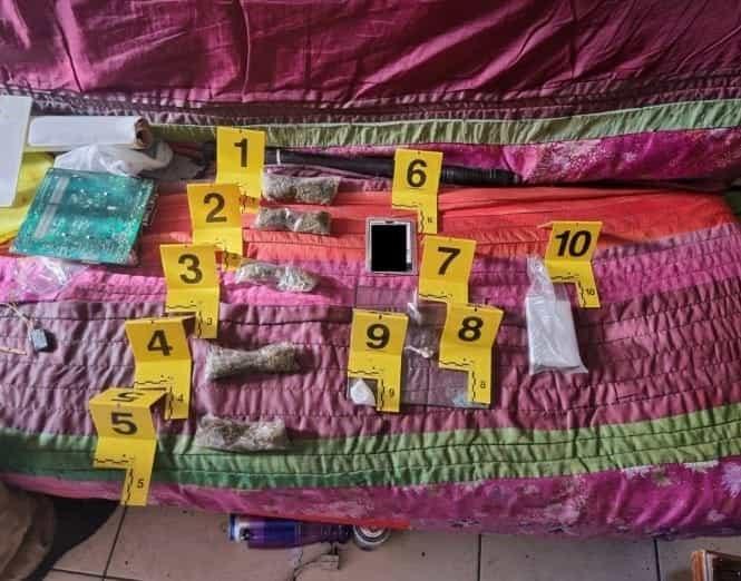 Diversos envoltorios con droga fueron asegurados en dos cateos