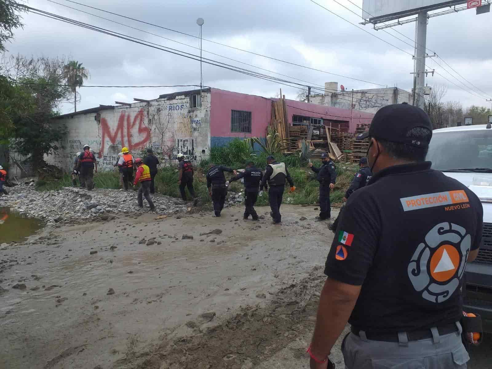 Autoridades buscan a una mujer que la noche del domingo, durante la fuerte lluvia, fue arrastrada a bordo de su vehículo