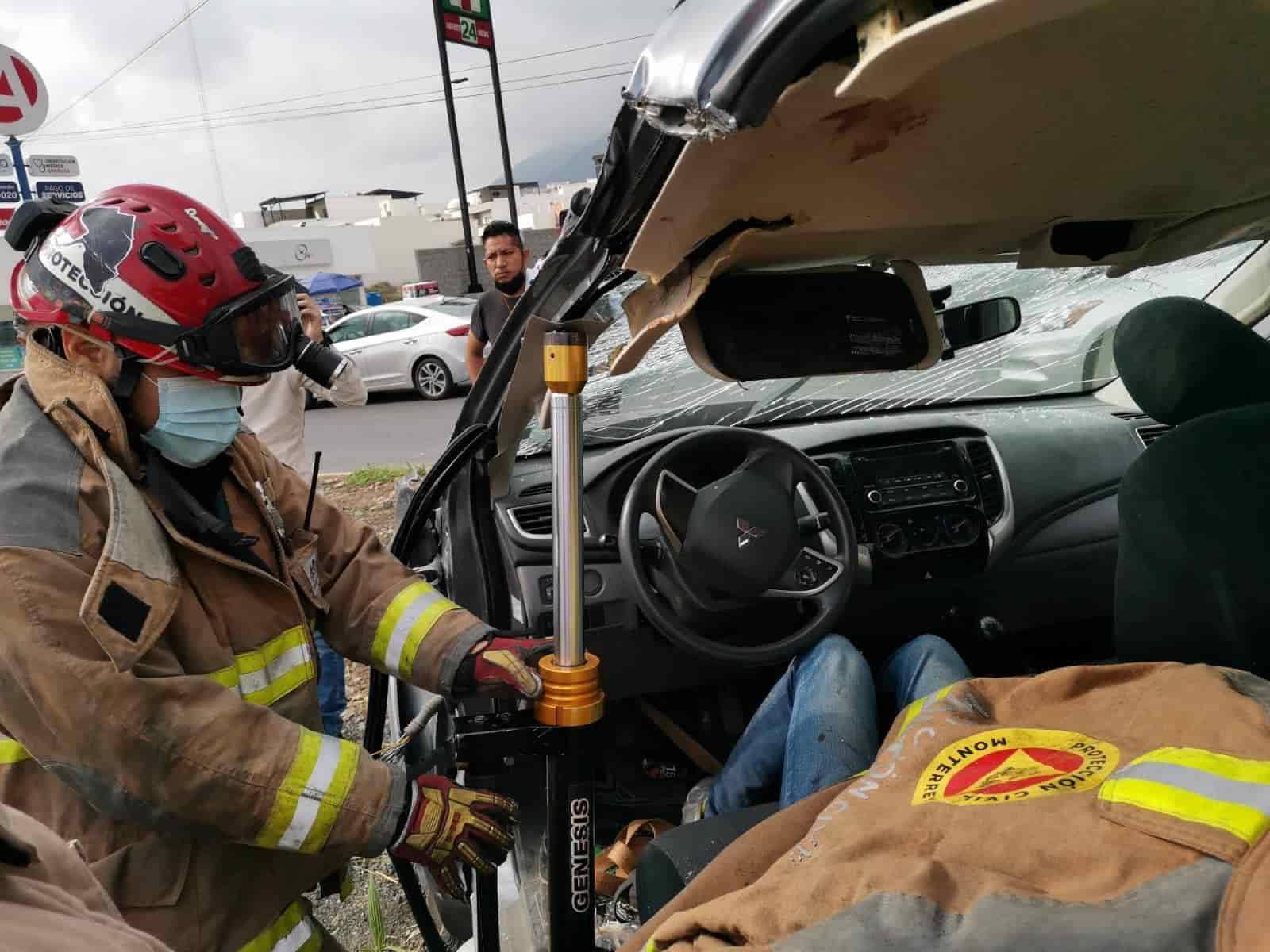Durante algunos minutos el conductor de un vehículo quedó prensado al volcar