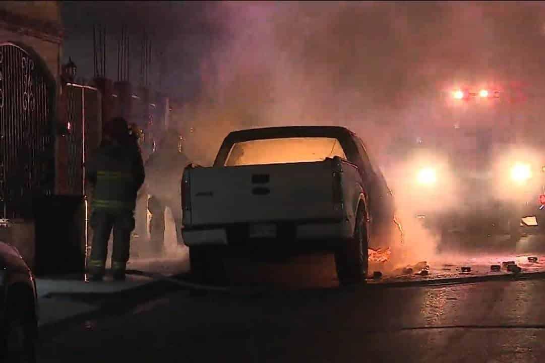 La camioneta comenzó a incendiarse repentinamente al parecer por una falla mecánica