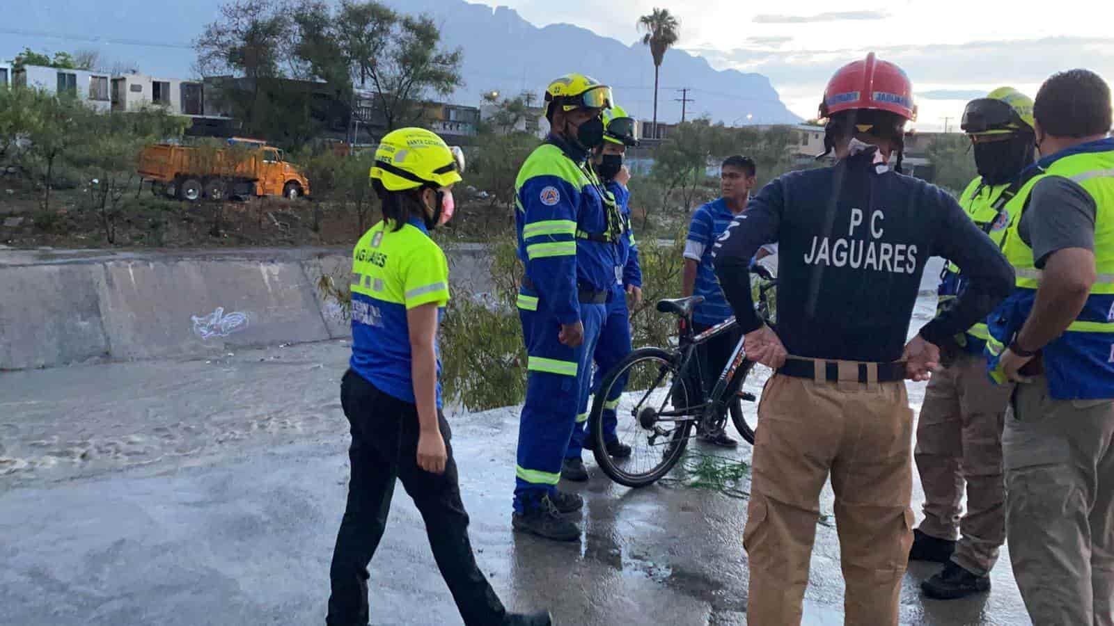 El ciclista fue rescatado por elementos del grupo Jaguares al ser arrastrado por la corriente