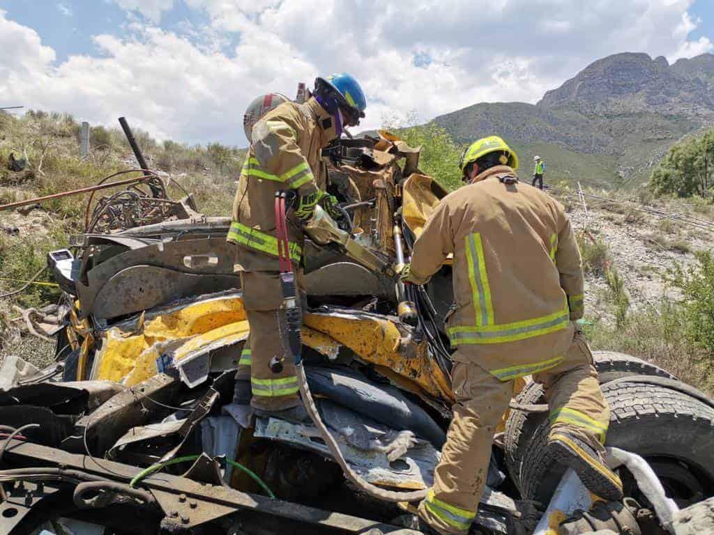 El conductor de un tráiler falleció ayer luego de chocar por alcance contra otra unidad de carga y caer a un barranco