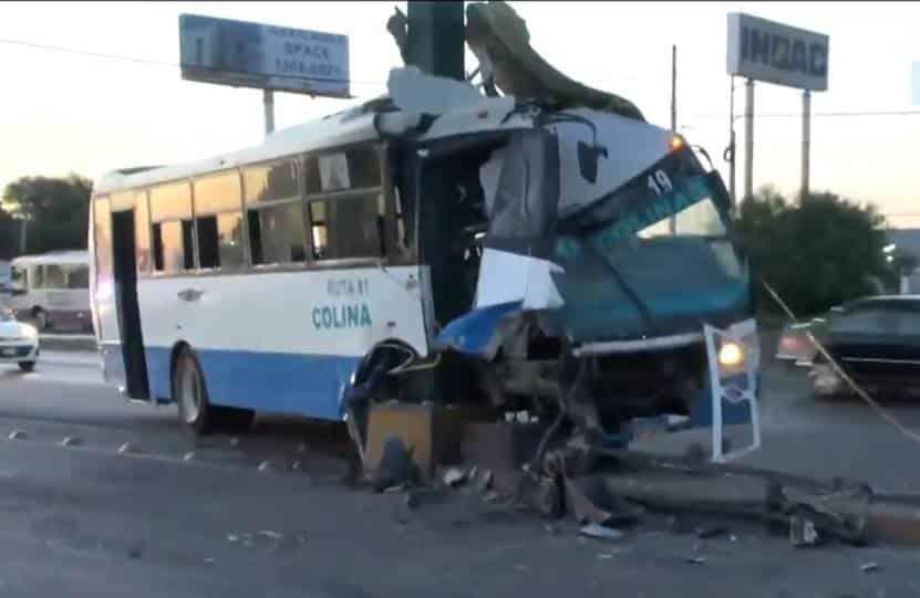 Un pasajero sin vida y 12 lesionados dejó el estrellamiento de un transporte urbano