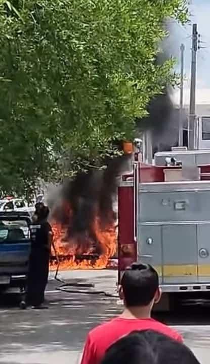 Bob¿mberos llegan a un reporte del incendio y no tenian agua en el tanque