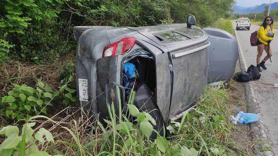 Una mujer terminó con diversas lesiones al volcar su vehículo