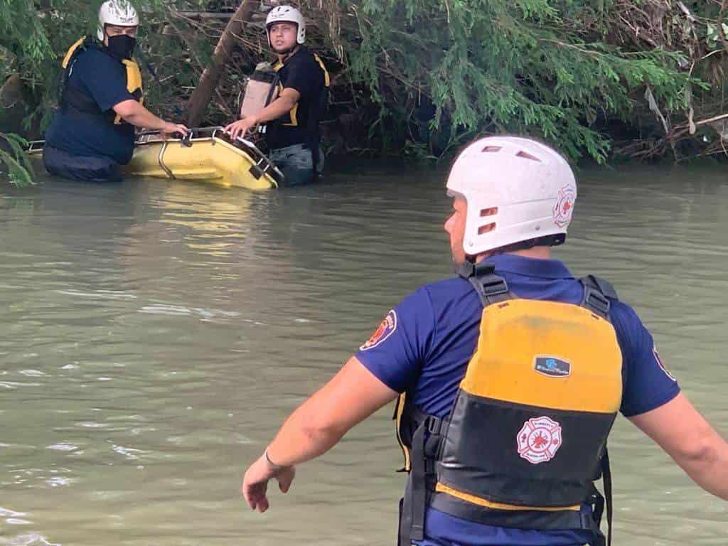 Bomberos de Guadalupe rescataron el cuerpo de un hombre que fue arrastrado por la corriente del Río La Silla.