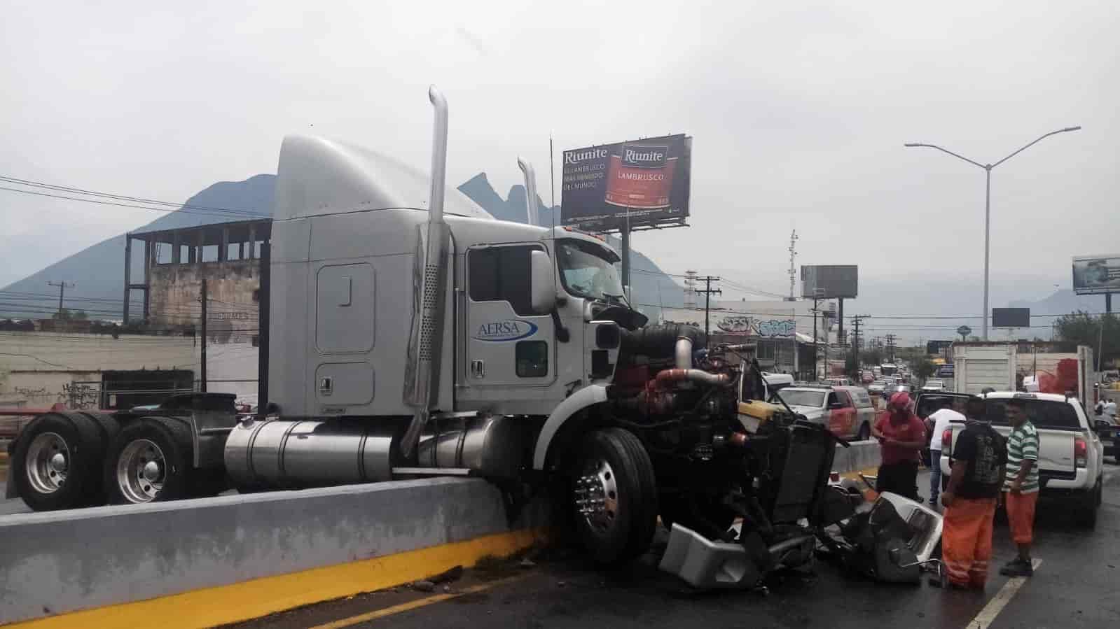 La conductora de un vehículo falleció en un hospital luego de resultar gravemente lesionada al ser chocada por un tractocamión