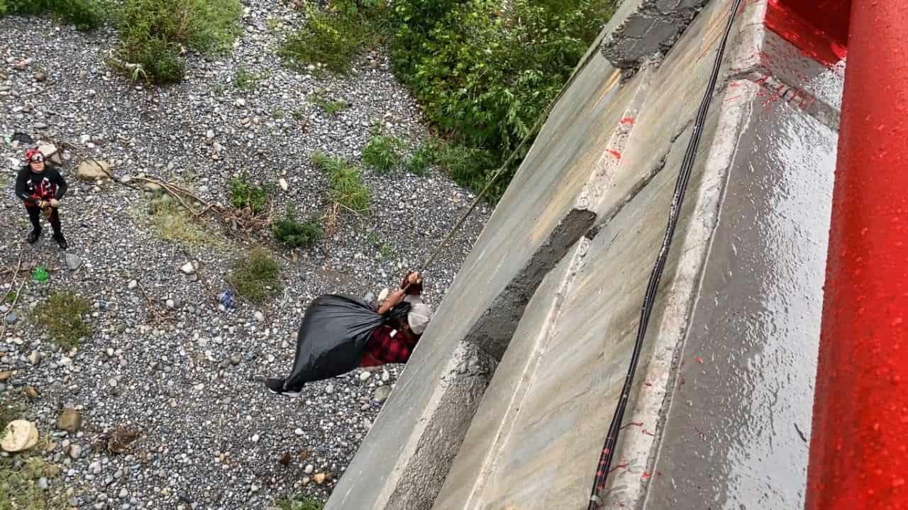 Las lluvias registradas ayer en la zona metropolitana, llevaron al rescate de cuatro personas