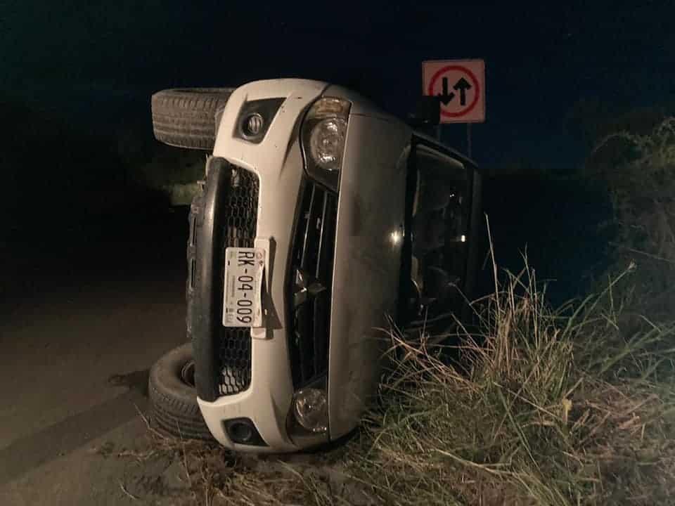 La camioneta terminó volcada en un tramo carretero de General Terán